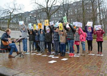 Grundschüler singen für Gleichheit und Respekt
